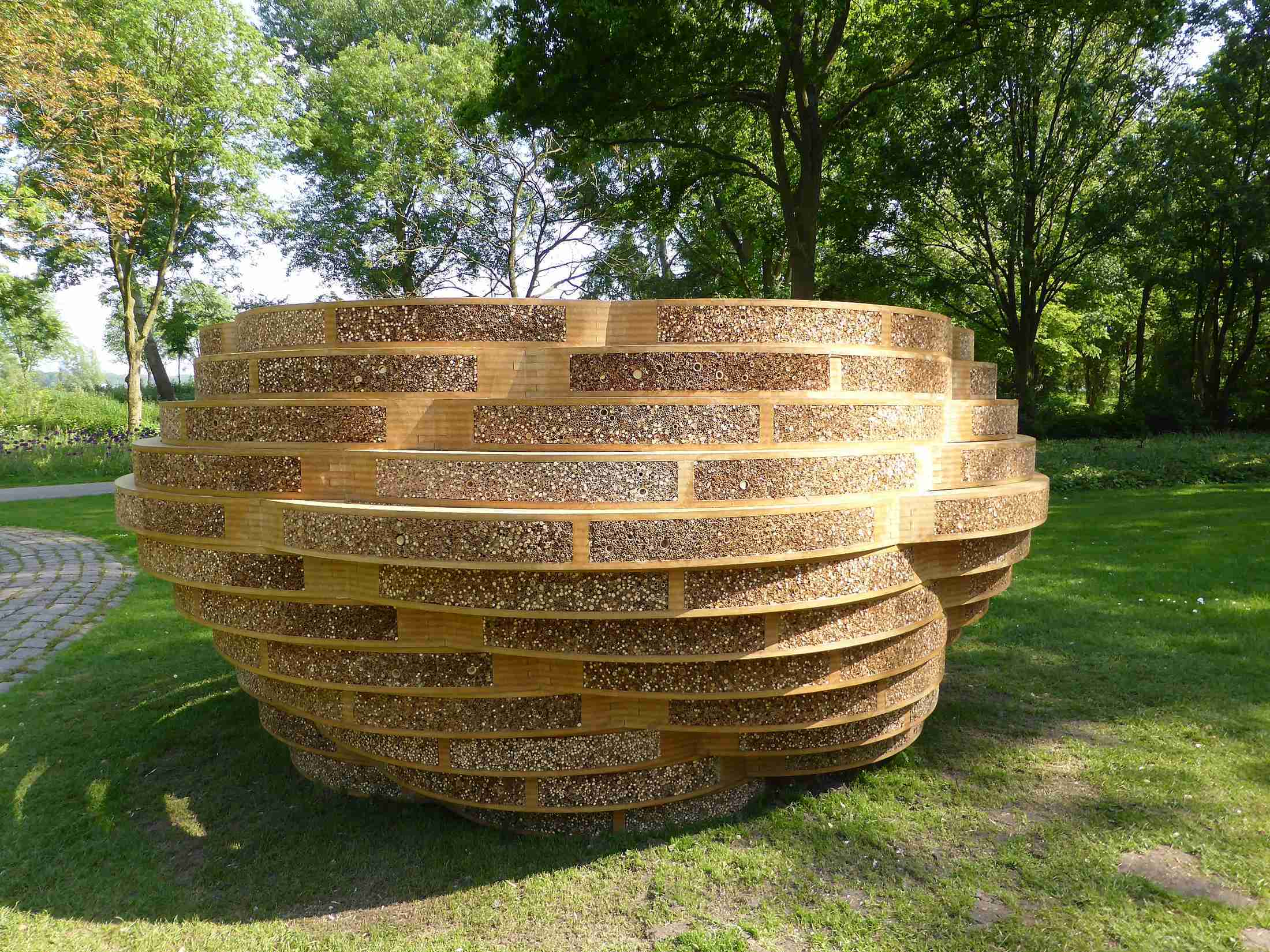 Sculptural bench, Buzzbenvh is a sitting area and biotope for wild bees